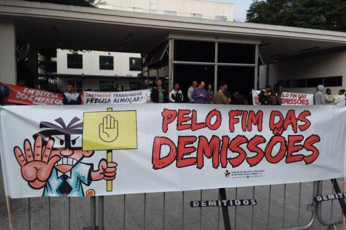 Em protesto contra demissões, bancários paralisam Vila Santander