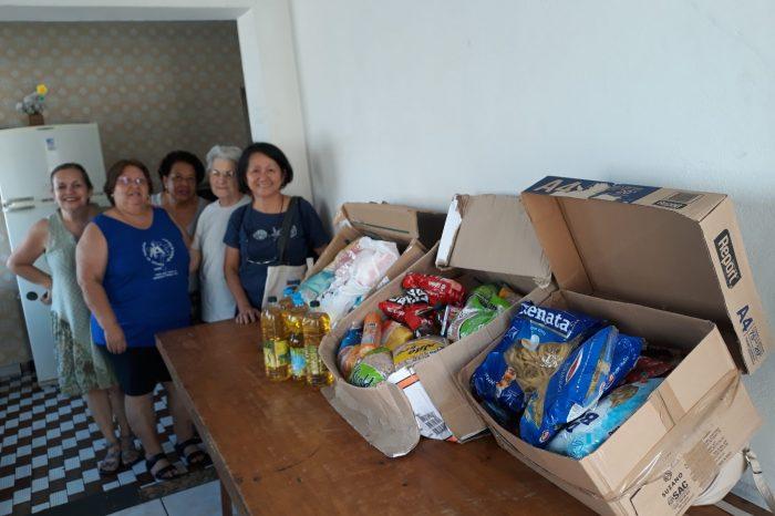 Qualidade de Vida doa alimentos para crianças carentes
