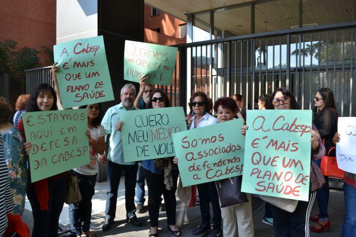 Associados se manifestam de forma espontânea na porta da Cabesp