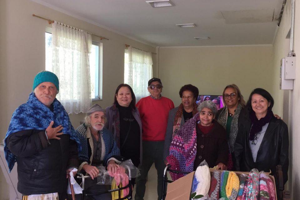 Solidariedade: 'Fios que Aquecem' doa mantas para centro de apoio à pessoas com câncer